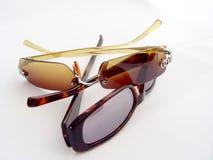 Zwei Paare Sonnenbrillen stockfotos