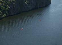 Zwei Paddelboote auf dem Fluss Lizenzfreies Stockbild