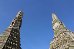 Zwei Pagoden bei Wat Arun Rajwararam gegen blauen Himmel, Bangkok, Thailand Stockbild