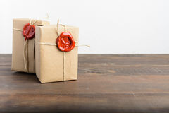 Zwei Pakete eingewickelt im Kraftpapier und Seil und rotes Dichtungswachs lizenzfreie stockbilder