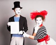Zwei Pantomimen mit einem Zeichen für die Werbung, April Fools Day-Konzept Stockbilder