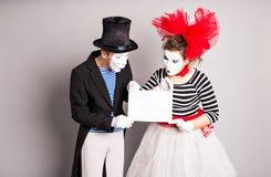 Zwei Pantomimen mit einem Zeichen für die Werbung, April Fools Day-Konzept Lizenzfreies Stockfoto