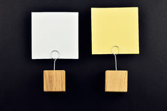 Zwei Papieranmerkungen mit Haltern auf Schwarzem für Darstellung Stockfotografie