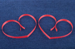 Zwei Papierherzen auf Jeans Lizenzfreie Stockfotos