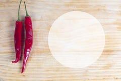Zwei Paprika peper auf Holz Lizenzfreie Stockfotos