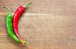 Zwei Paprika pepers an Bord Lizenzfreies Stockbild