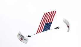 Zwei parachuters, die mit amerikanischer Flagge decending sind Lizenzfreie Stockbilder
