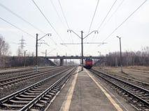 Zwei parallele Bahnlinien und oben verlassen Zug, Schienen, Lagerschwellen, Schuttabschluß, Weitwinkel-, getontes Braun, selektiv lizenzfreie stockfotos