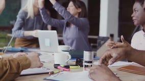 Zwei Partner-, afrikanische und kaukasischegeschäftsmänner rütteln Hände Gruppe von Personen, die auf einem Hintergrund im modern stock video footage