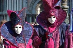 Zwei Personen in den Schablonen an Venedig-Karneval 2011 Lizenzfreie Stockfotos