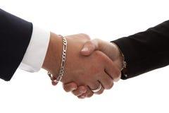 Zwei Personen, die Hände in der Nahaufnahme rütteln Lizenzfreies Stockbild