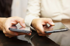 Zwei Personen vergleichen intelligente Handys Lizenzfreie Stockfotografie