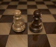 Zwei Pfand auf Schachbrett stockfotos