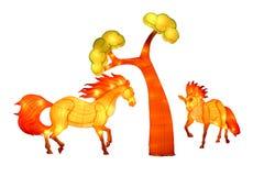 Zwei Pferde und eine chinesische Laterne des Baums lokalisiert auf Weiß Stockfotos