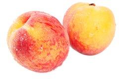 Zwei Pfirsiche auf Weiß Stockfotos