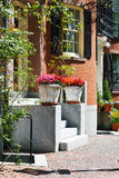 Zwei Pflanzer im Haus-Eingang Stockfotografie