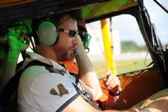 Zwei Piloten, die den Funk prüfen Stockfotografie