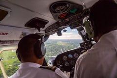Zwei Piloten, die ein kleines Flugzeug zum Nausori-Flughafenstartstreifen nahe Suva, Fidschi, Melanesien, Ozeanien landen Flugzeu lizenzfreies stockbild