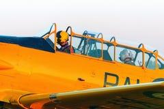 Zwei Piloten im Cockpit des Flugzeugs stockfotografie