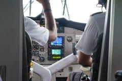 Zwei Piloten im Cockpit des Wasserflugzeugs werden zu einem Flug fertig stockbilder