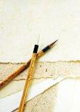 Zwei Pinsel auf einem Papier lizenzfreies stockfoto