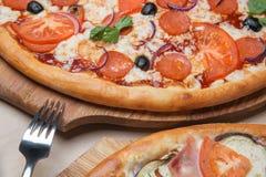 Zwei Pizzas auf dem Tisch Lizenzfreies Stockfoto