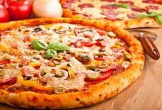 Zwei Pizzas auf einer Tabelle Stockbilder