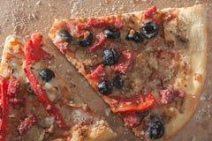 Zwei Pizzascheiben Lizenzfreie Stockbilder