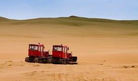 Zwei Planierraupen, die in der Wüste arbeiten stockbilder