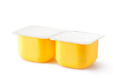 Zwei Plastikbehälter für Milchprodukte Stockfotografie