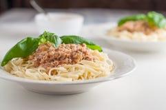 Zwei Platten italienische Teigwaren mit Fleischsoße stockfotos