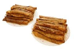 Zwei Platten mit yammy gerollten Pfannkuchen lizenzfreies stockfoto