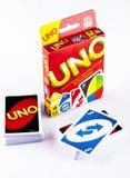 Zwei Plattformen von UNO-Spielkarten mit UNO-Spielkasten auf weißem backgroun Stockfoto