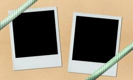 Zwei Polaroide auf Anschlagbrett mit Farbband Stockfoto