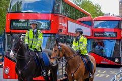 Zwei Polizeibeamten auf Pferden Stockfotos