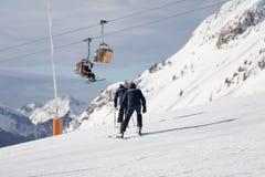 Zwei Polizisten auf Skis Polizei in einem Skiort Retter in den Bergen der Polizist steigt auf Skis ab Valbona, Lusia, Bellamon Lizenzfreie Stockfotografie