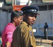 Zwei Polizisten, die auf Straße stehen Stockfoto