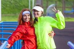 Zwei positiv und lächelnde kaukasische Sportlerinnen Ausstattung in der im Freien, die gute Zeit hat lizenzfreie stockbilder