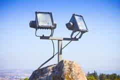 Zwei Projektoren Licht gegen einen Himmelhintergrund Stockfoto