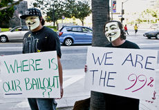 Zwei Protestierender in den Schablonen halten Zeichen an besetzen L.A. an. Stockbild