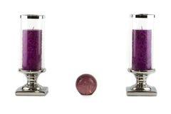 Zwei purpurrote Kerzen mit Kugel Stockfotos