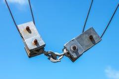 Zwei quadratische Metallblöcke und -flaschenzüge von einem Boot der kommerziellen Fischerei zusammen befestigt - Nahaufnahme -  stockfoto