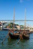 Zwei rabelo Boote und Brücke Dom Luis, Portugal Stockfotografie