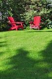 Zwei Rasenstühle Stockbild