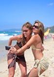 Zwei recht junge Freundinnen, die ein Foto von selbst mit c nehmen Stockfotos