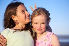 Zwei recht kleine Mädchen lizenzfreie stockfotos
