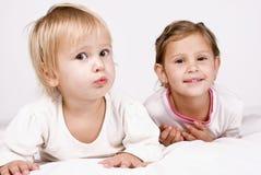 Zwei recht kleine Schwestern stockfoto