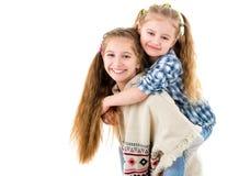 Zwei recht kleine Schwestern, die Spaß zusammen haben Lizenzfreies Stockfoto