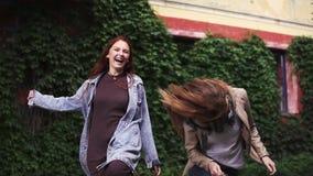 Zwei redheaded Freundinnen, die herum vermasseln und Spaß haben junge Mädchen mit Sommersprossen Langsame Bewegung stock video