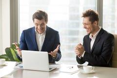 Zwei regten die Geschäftsmänner auf, die Sieg, lustiges positives emot feiern stockfoto